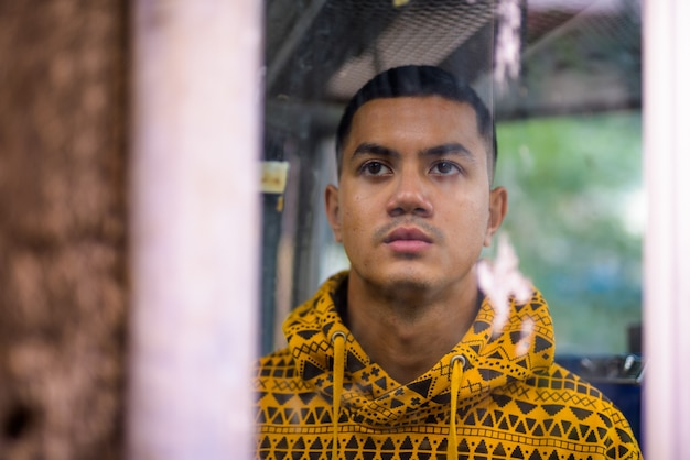Jeune homme asiatique multiethnique dans les rues à l'extérieur