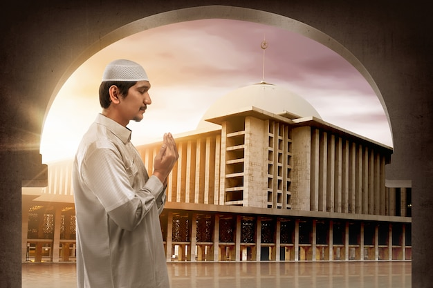Jeune homme asiatique musulman priant dieu