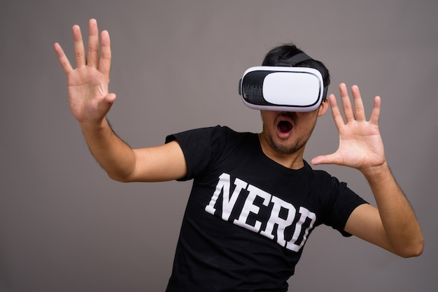 Jeune homme asiatique nerd à l'aide d'un casque de réalité virtuelle