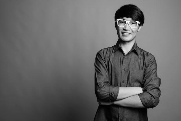 Jeune homme asiatique portant des lunettes