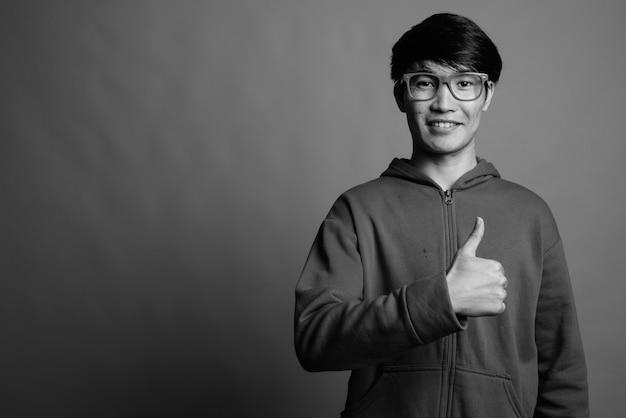 Jeune homme asiatique portant une veste avec des lunettes