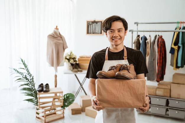 Jeune homme asiatique travaillant dans un magasin de vêtements