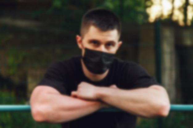 Jeune homme, un athlète se tient à la barre transversale