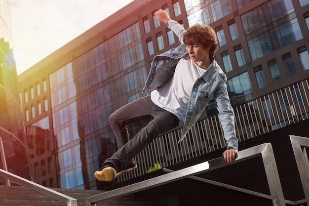 Jeune homme athlétique faisant des tours et du parkour dans la ville