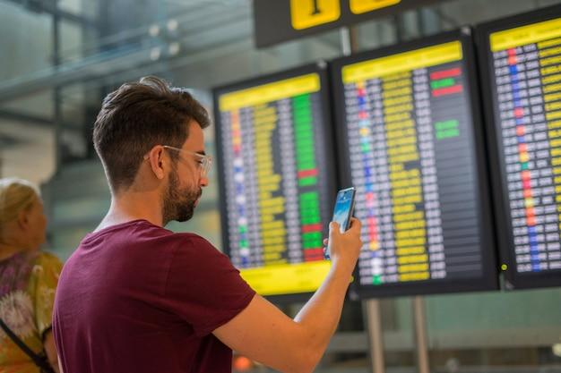 Jeune homme attend son avion