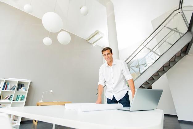 Jeune homme au bureau