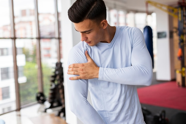 Jeune homme au cours de fitness