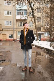Jeune homme au look urbain à new york.