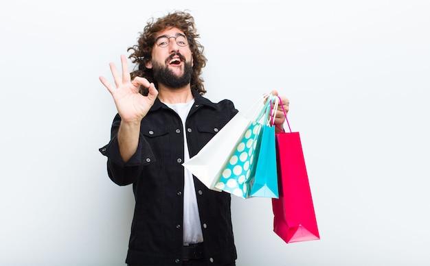 Jeune homme aux cheveux fous en mouvement shoppimg