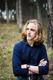 Jeune homme aux cheveux longs et à la barbe