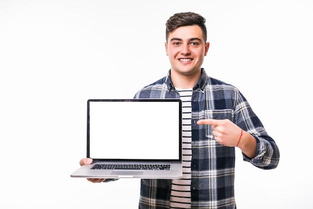 Jeune homme aux cheveux noirs démontrant quelque chose sur un ordinateur portable lumineux
