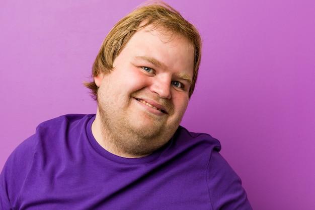 Jeune homme aux cheveux roux souriant