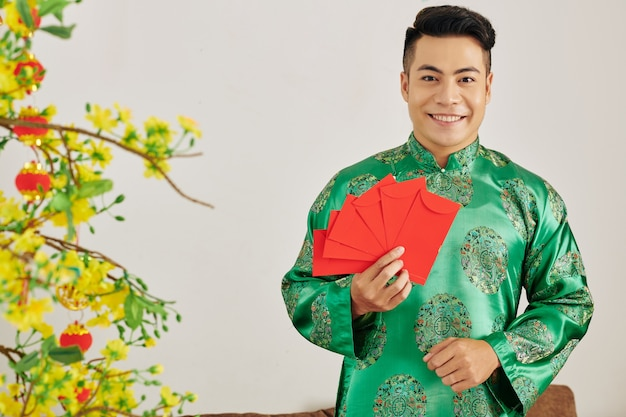 Jeune homme aux enveloppes rouges