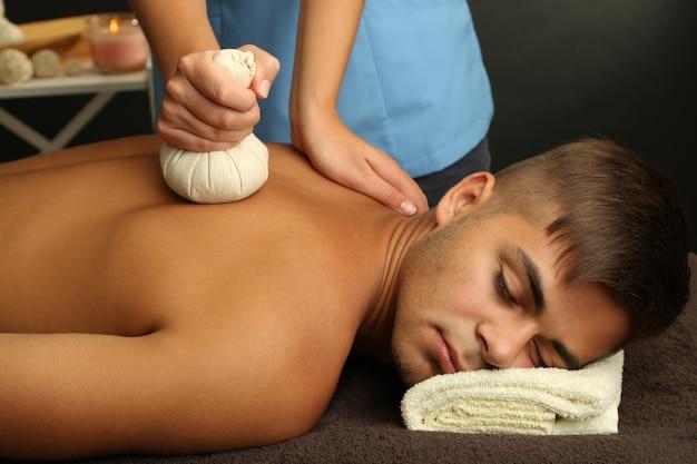 Jeune homme, avoir, massage dos, gros plan