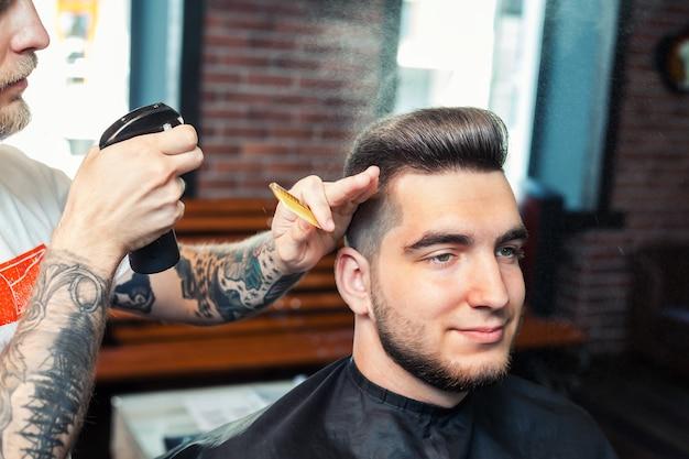 Jeune homme ayant les cheveux coupés