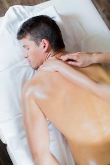 Jeune homme ayant un massage