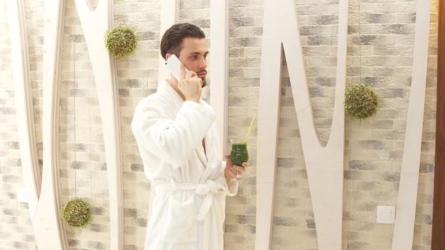 Jeune homme avec une barbe dans un spa de luxe