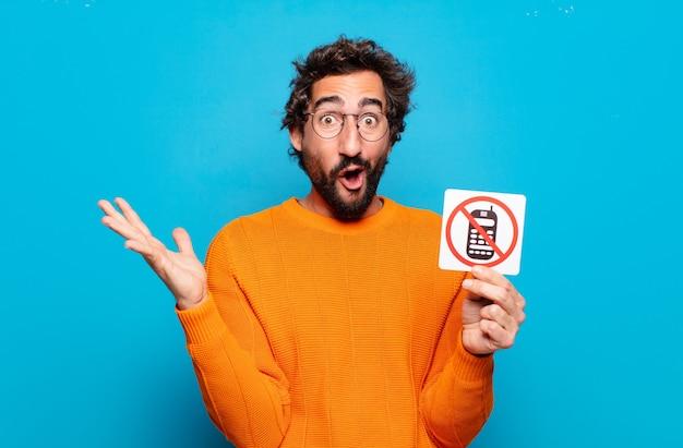 Jeune homme barbu avec autocollant de téléphone interdit