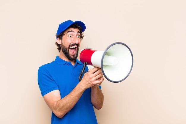 Jeune homme barbu cool avec un mégaphone
