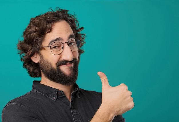 Jeune homme barbu cool posant