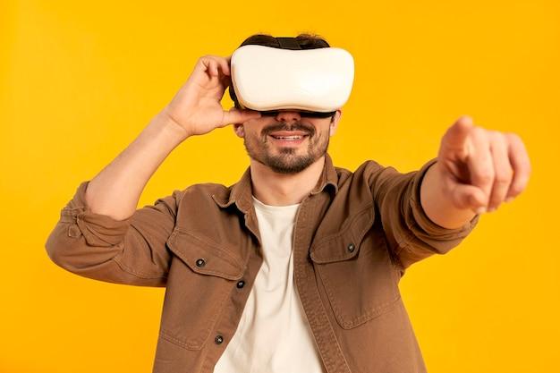 Jeune homme barbu dans des lunettes de réalité virtuelle isolés. technologies du futur.