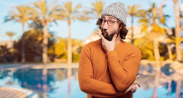 Jeune homme barbu doutant
