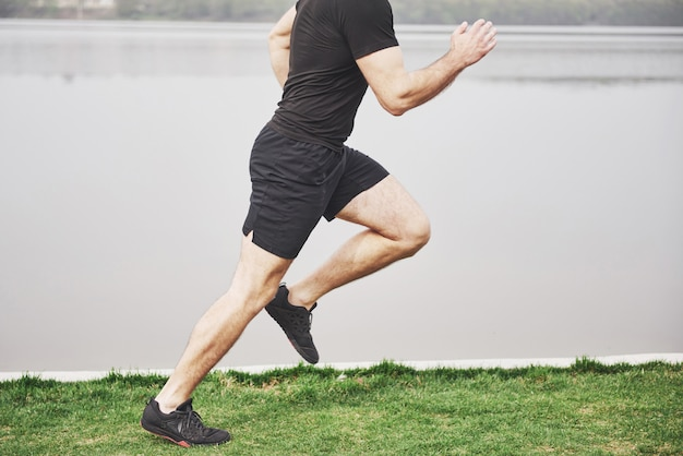 Le jeune homme barbu est engagé dans des sports de plein air
