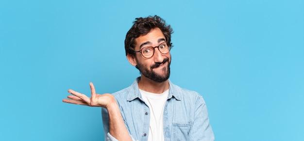 Jeune homme barbu avec une expression confuse