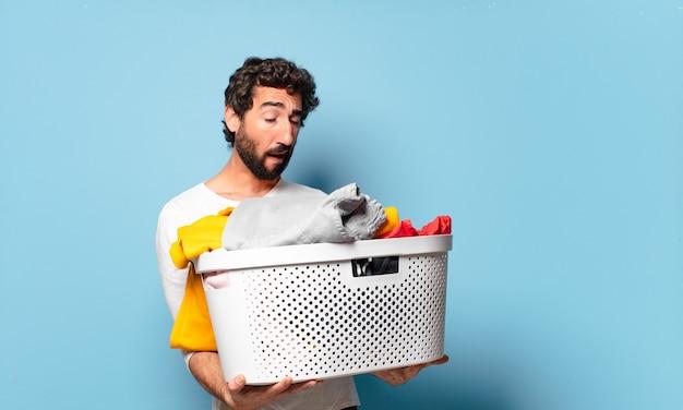 Jeune homme barbu fou ménage lavant les vêtements