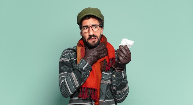 Jeune homme barbu fou et portant des vêtements d'hiver