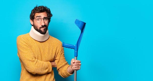 Jeune homme barbu fou qui souffre. concept d'accident