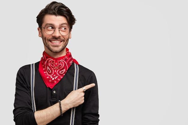 Jeune homme barbu avec des lunettes rondes