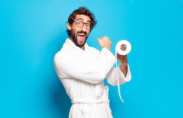 Jeune homme barbu portant peignoir et rôle de toilette