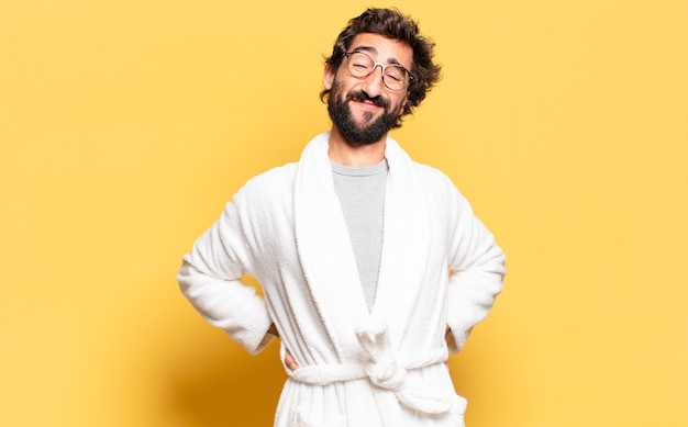 Jeune homme barbu portant un peignoir