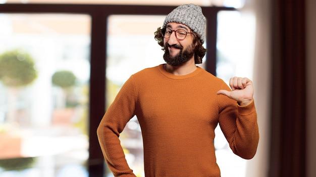 Jeune homme barbu pose bien ou bien