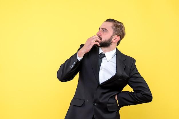 Jeune homme barbu en se concentrant sur la haute résolution
