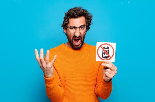 Jeune homme barbu avec signe de téléphone interdit