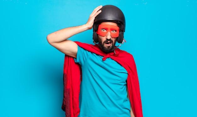 Jeune homme barbu. super héros fou et humoristique avec casque et masque