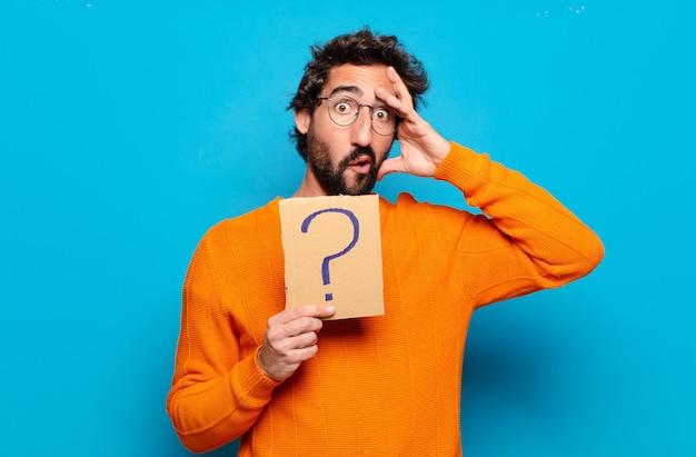 Jeune homme barbu avec un symbole de point d'interrogation