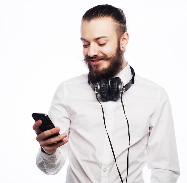Jeune homme barbu avec téléphone portable