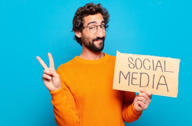 Jeune homme barbu tenant une note avec texte médias sociaux