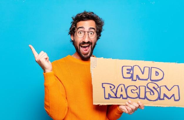 Jeune homme barbu tenant une pancarte avec texte: mettre fin au racisme