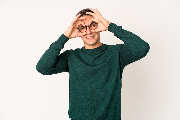 Jeune homme beau caucasien isolé montrant signe correct sur les yeux