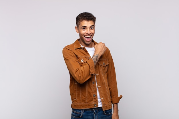 Jeune homme beau souriant