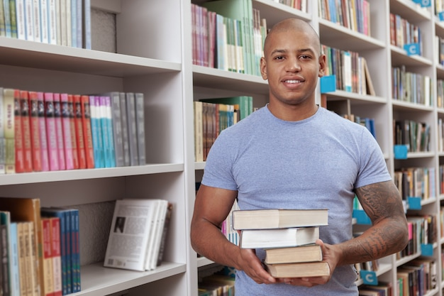Jeune homme à la bibliothèque ou à la librairie