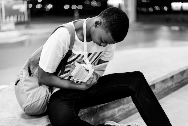 Jeune homme blessé avec un soutien de bras