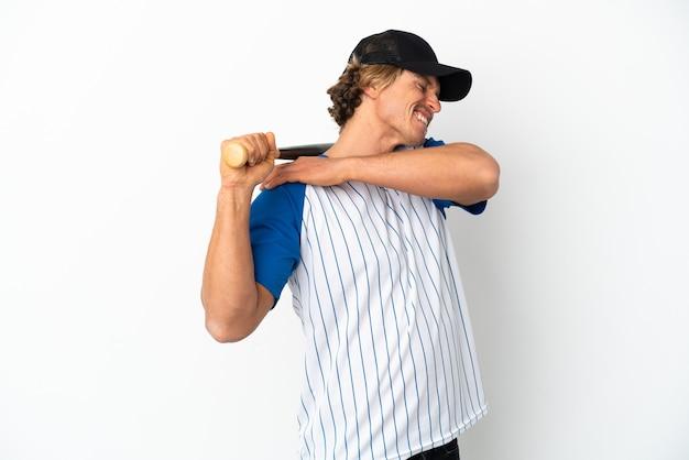 Jeune homme blond jouant au baseball isolé sur fond blanc souffrant de douleurs à l'épaule pour avoir fait un effort
