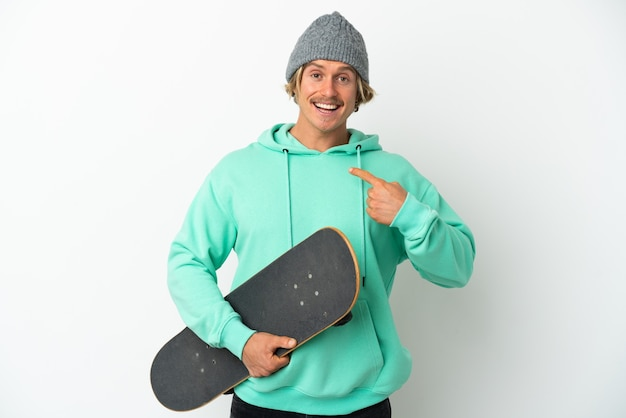 Jeune homme blond patineur isolé