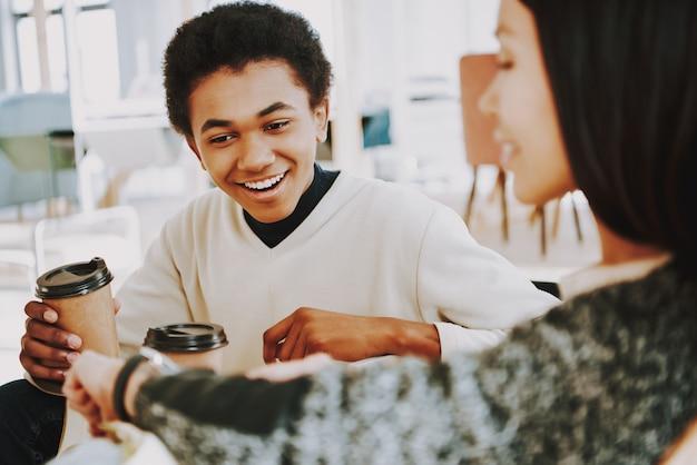 Jeune homme boit du café avec un ami