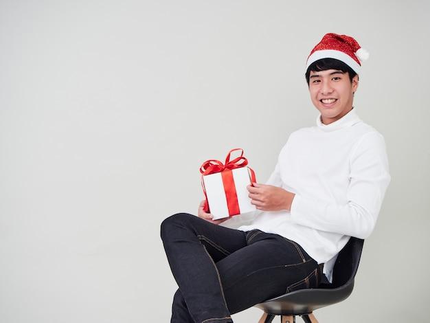 Jeune homme avec une boîte de cadeau de noël